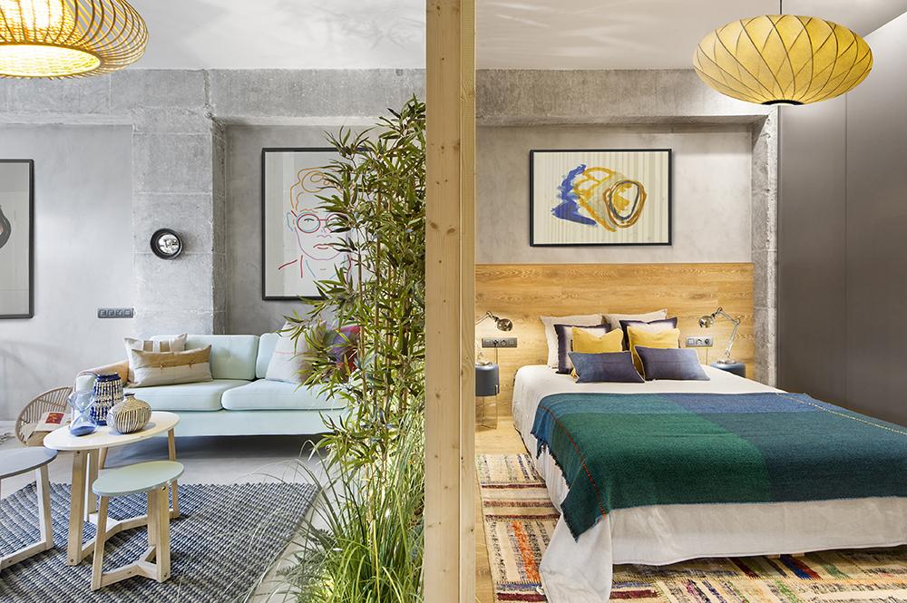 Seapararea cu riflaje din lemn dintre dormitor și cameră este completată cu jardiniera fixă pentur plante.