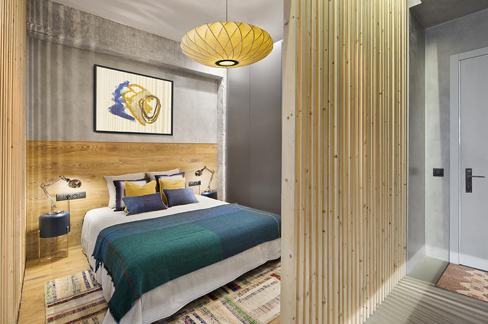 La intrarea în locuință în loc de cuier e configurat un dulap cu sistem push, deci fără mâner. Acest mic loc de dulap face parte din ansamblul de depozitare din dormitor.