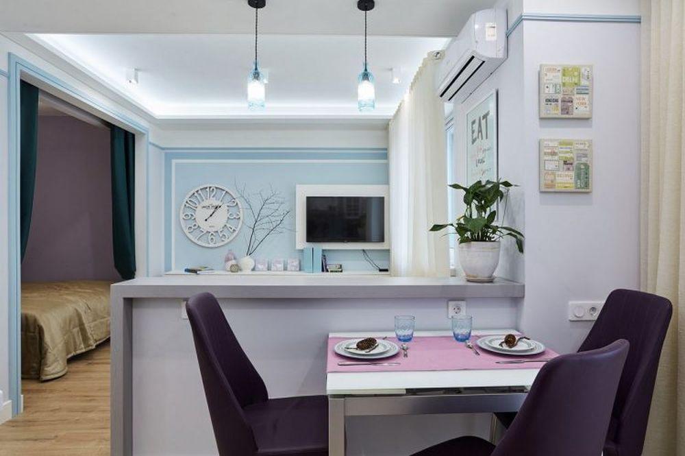 Chiar dacă inițial spațiul bucătăriei era unul mai modest, după reamenajare designerul a ținut cont de necesitatea unui loc de luat masa, așa că spațiul dedicat canapelei a fost restrâns pentru ca bucătăria să fie mai generoasă.