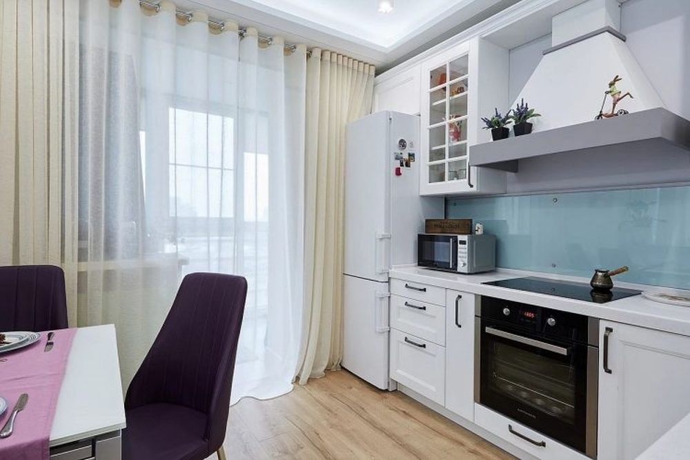 Frigiderul din bucătărie nu este încorporat, dar prezența lui nu este evidentă, având în vedere că mobilierul este alb. De asemenea, în locul placărilor cu ceramică pereții din zona blatului de lucru au fost placați cu panouri de sticlă securizată.