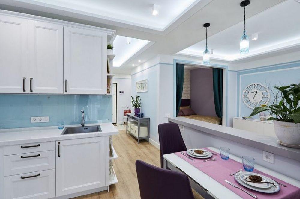 Holul nu este separat de restul funcțiunilor. Practic bucătăria, livingul și dormitorul comunică între ele, separările fiind parțiale.