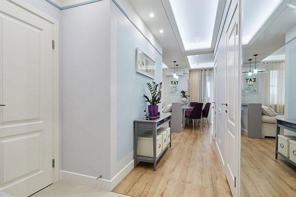 Imagine din ușa de la intrare în locuință. În stânga este ușa interioară a dressingului, în dreapta sunt ușile băii și celui de-al doilea dressing. Imediat după ușa de la intrare este fixată o oglindă generoasă care dă impresia de spațiu mai generos.