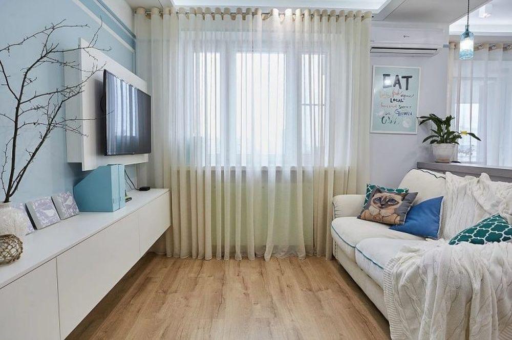 Pentru ca spațiul mic să pară mai aerisit s-a renunțat la decorarea cu un covor în zona de canapea. Cu cât o pardoseala rămâne mai liberă, cu atât ea este percepută ca fiind de dimensiuni mai generoase.