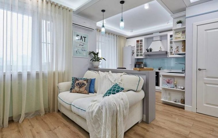 Paleta cromatică de bază aplicată în tot apartamentul a fost alb și albastru deschis, o paletă din zona nordică, frumos completată cu accente de mov și turcoaz.