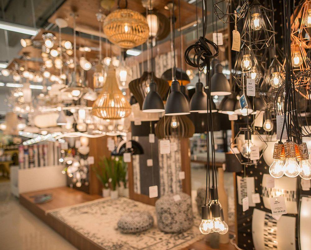 În magazinele Casa Rusu ai și o gamă foarte actuală de corpuri de iluminat la prețuri bune! Pe multe dintre ele le vezi expuse în ambientele din magazin, așa cum a fost și la Oradea.