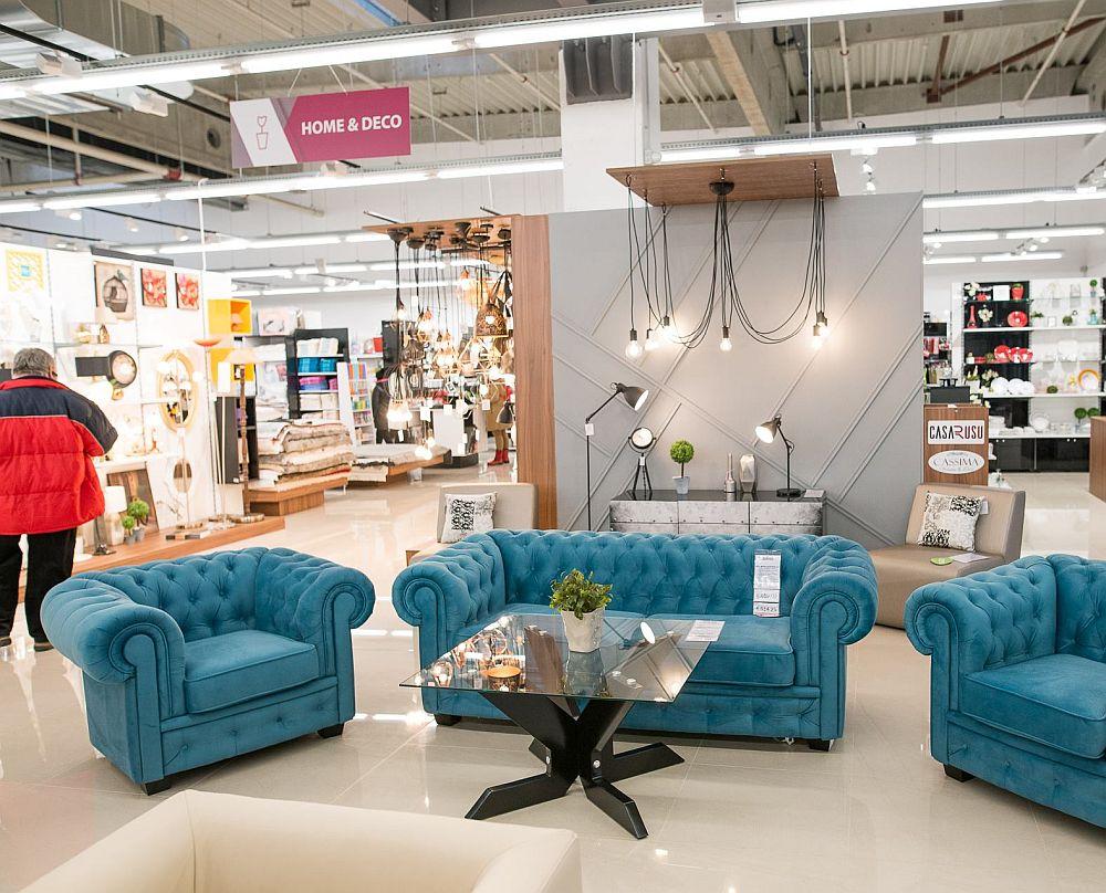 Magazinul Casa Rusu din Oradea se întinde pe o suprafață mare, unde găsești expuse o mulțime de produse, de la mobilier tapițat, mobilier din PAL la corpuri de iluminat, covoare, tapete, obiecte decorative.