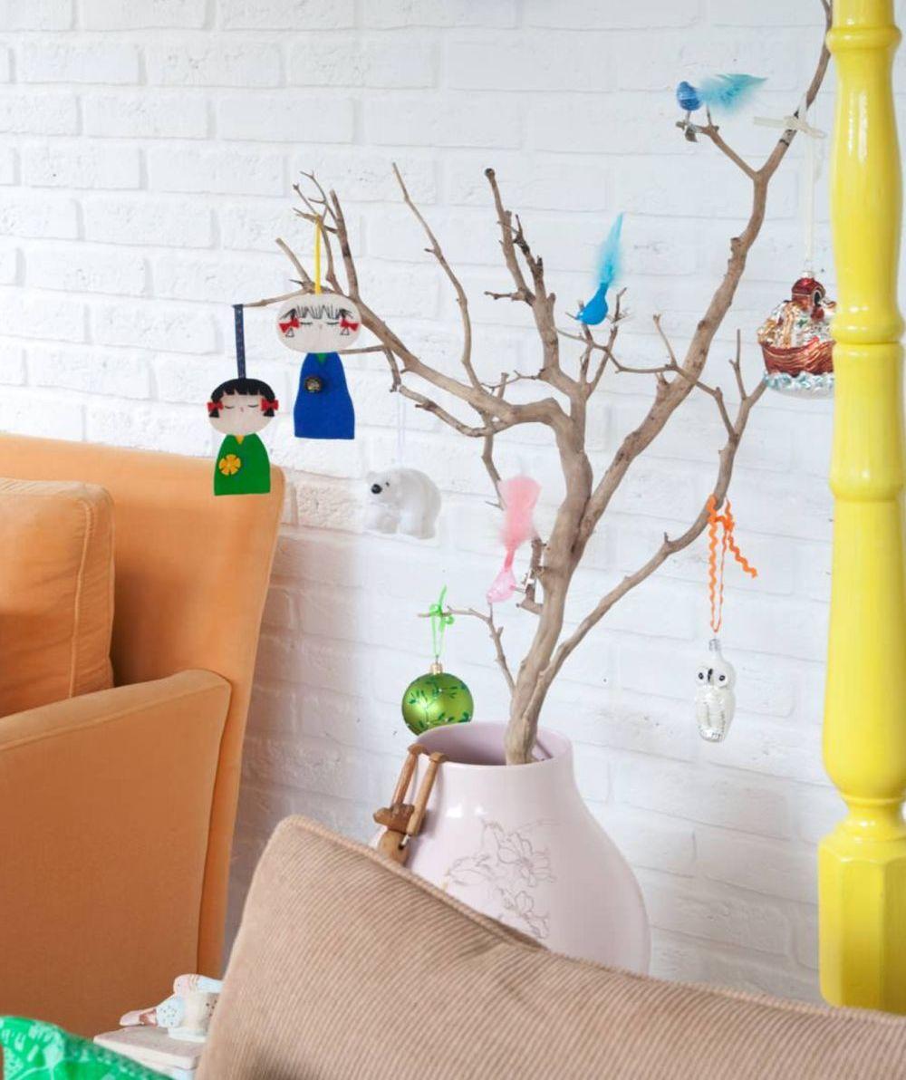 Decorațiunile lucrate de către copii la grădiniță sau la școală pot fi integrate armonios în spațiul amerei de zi. Se vor simți bine știind că obiectele făcute de ei sunt la vedere și că cei mari se mândresc cu ele. Foto Planet Fur.