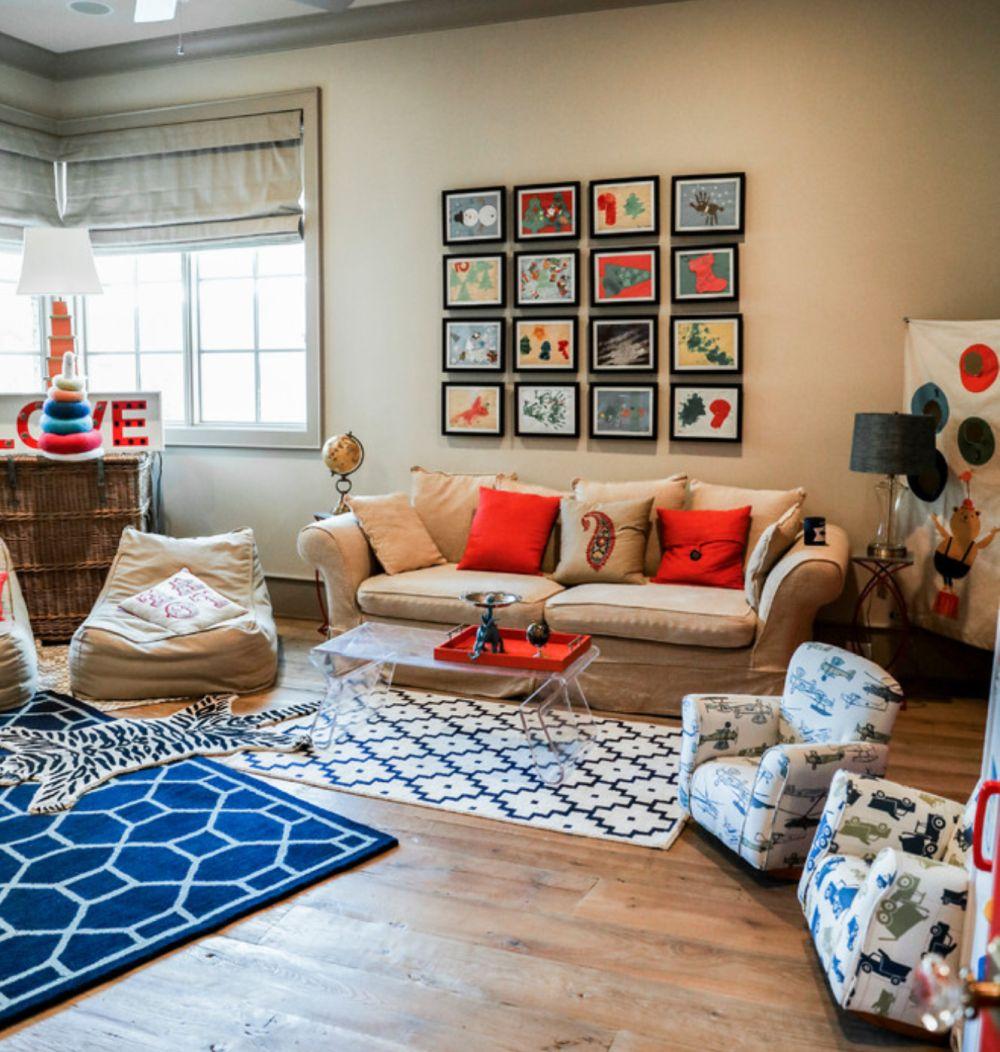 Decorațiunile textile sunt cel mai ușor de schimbat, iar mobilierul tapițat pentru copii poate fi asortat și în living. Nu mai spun că desenele frumos înrămate și ordonat așezate pe perete pot compune un mozaic de-a dreptul inspirat. Foto Cupic Custom Homes.