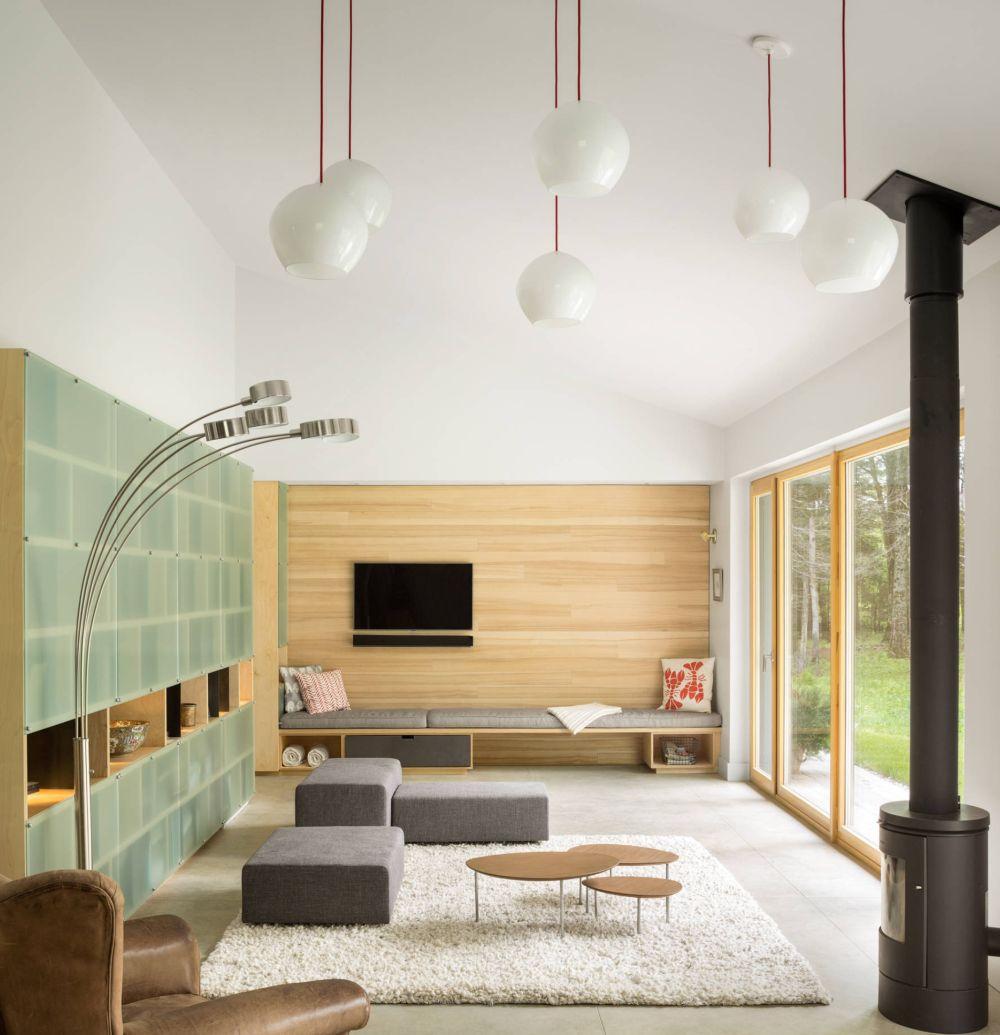 Și într-o locuință cu design minimalist se poate crea spațiu perfect pentru petrecerea timpului în familie. O bancă sub televizor poate fi locul de joacă preferat al celor mici, dar și spațiu de depoitare sub ea pentru jocuri și jucării. Foto GoLogic