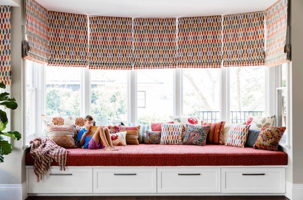 Vrei să citească mai mult, să te observe mai mult? Creează copiilor un spațiu dedicat în cadrul camerei de zi, iar sertarele să știe că sunt ale lor pentru jocuri și jucării. Foto Lisa Burdus.