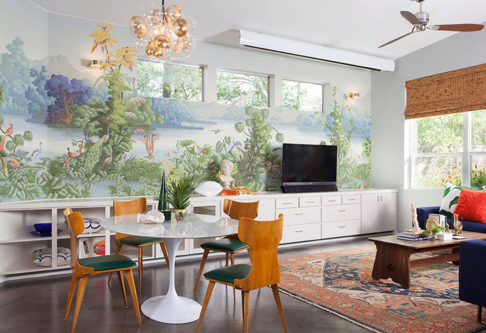 Un tapet interesant sau o pictură murală mai elaborată poate fi decorul preferat de către toată familia, unul relaxant numai bun ca și fundal pentru momente distractive. Foto Maureen Stevens Design.