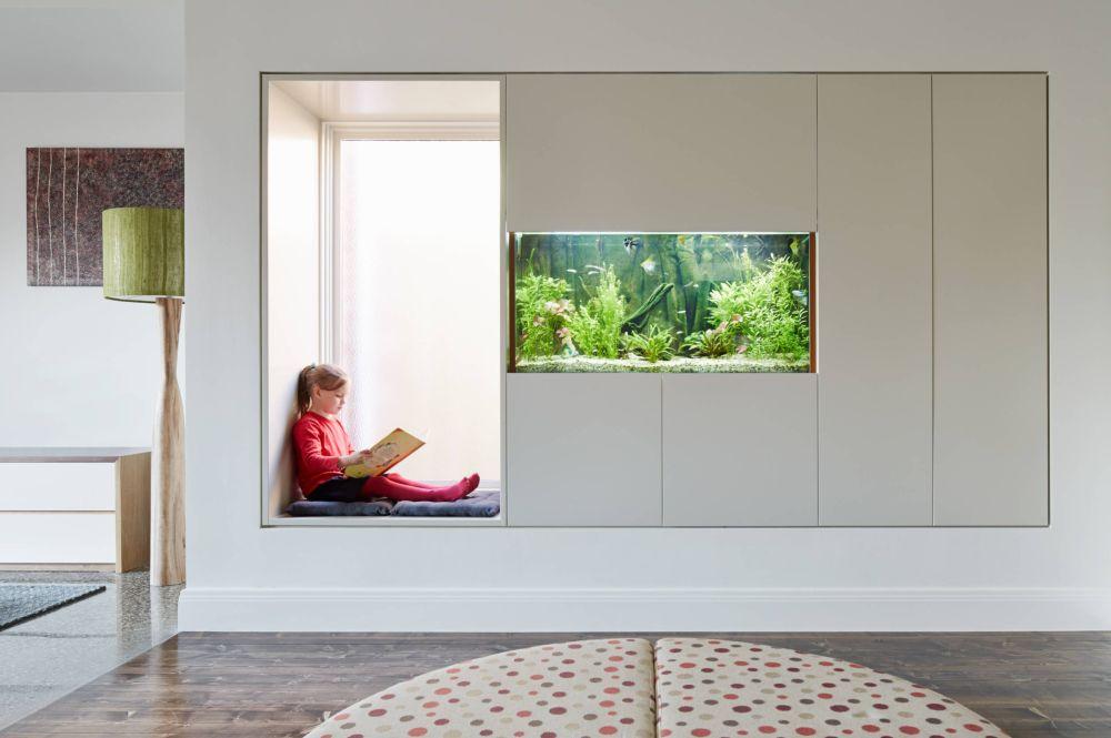 Când copii știu că au un loc pentru ei în living, cu siguranță vor fi și mai ordonați, dar și mai dornici să se joace frumos cu părinții. Foto Mesh Design Project.