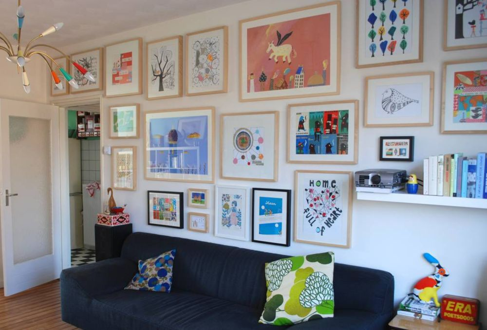 Te întrebi cum ai putea personaliza livingul? Ce ai spune dacă ai înrăma desenele copiilor? S-ar simți apreciați și e-ar face plăcere să petreacă timp cu familia în camera unde lucrările lor sunt expuse. Foto Nina Invorm.