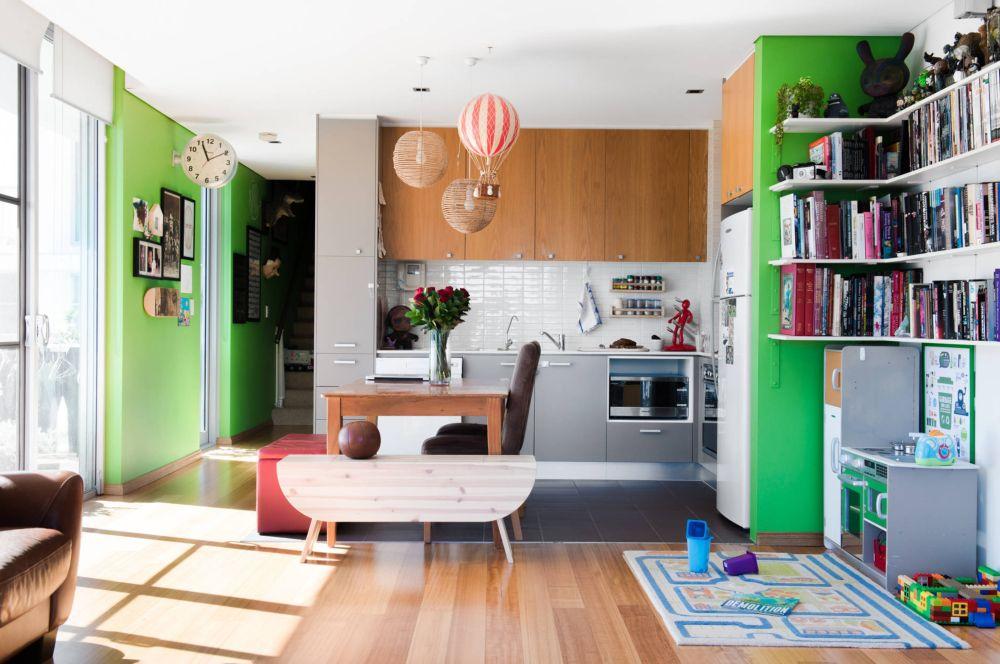 Te-ai fi gândit ca în loc de scaune să ai o ladă de depozitare și o măsuță de cafea cu laterale rabatabile? Ei bine sunt piese de mobilier versatile pentru viața de familie. Lada tapițată poate fi loc pentru jucării, iar măsuța poate deveni locul de desen pentru cei mici, asta pe lângă un spațiu dedicta amenajat sub biblioteca din living.
