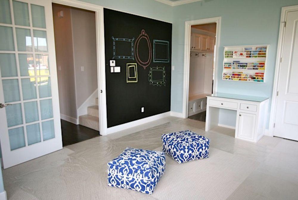 Un perete din ansamblul livingului poate fi unul finisat cu vopsea cu efect de tablă, numai bun pentru lăsat mesaje sau joacă împreună cu cei mici. Foto Trey Strong Custom Homes.