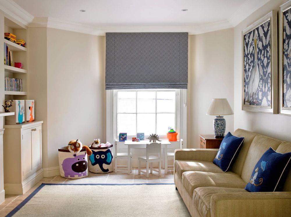 Întotdeauna se poate găsi un loc pentru mobilierul celor mici. Un colț amenajat pentru ei în living îi va face să se simtă mai apropiați și nu excluși din viața adultă a părinților. Foto Claregaskin.com