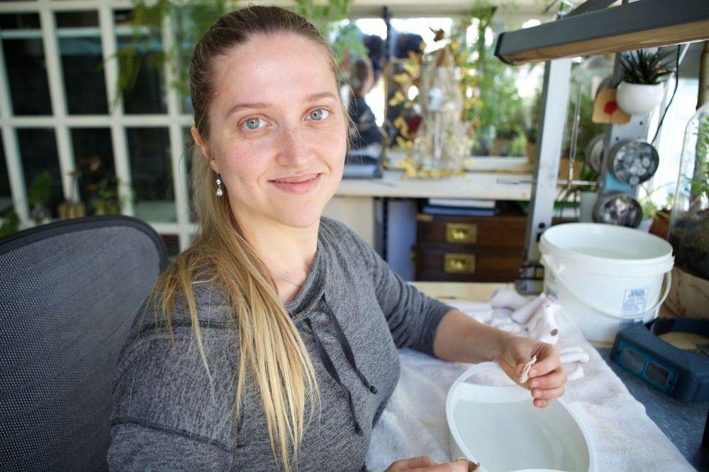 Marina Bychkova în atelierul ei din Vancouver