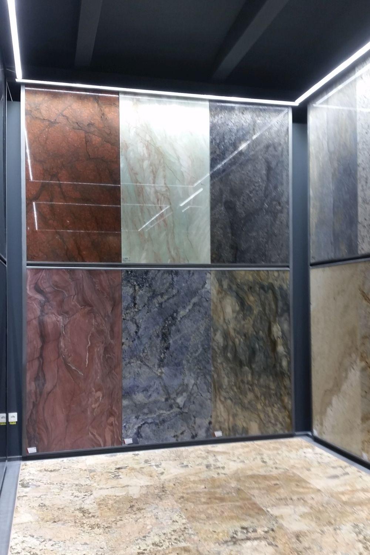 În showroomul STONA vei găsi pietre naturale în variate culori, pe lângă cea mai mare gamă de pietre albe disponibile pe piața noastră.