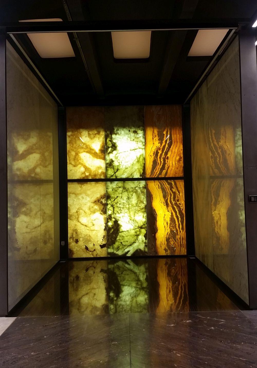 Pietre translucide în showroomul STONA.