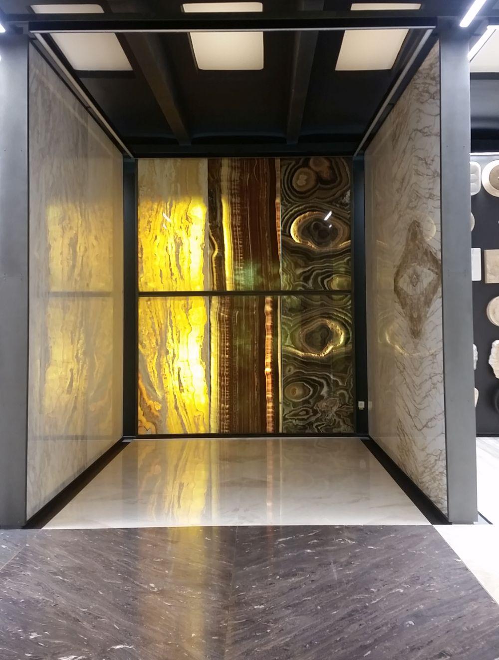 În showroomul STONA vei găsi și petre naturale translucide pe care le poți folosi creativ în amenajările interioare.