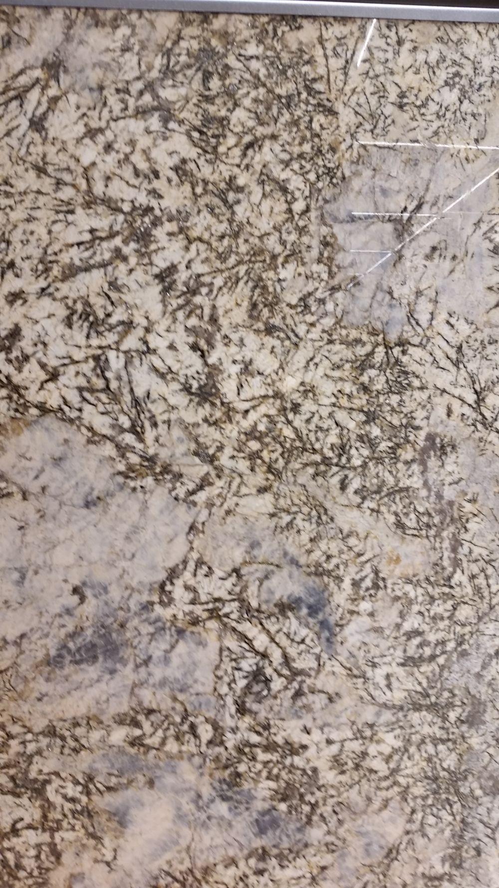 Detaliu de piatră naturală în showroomul STONA.