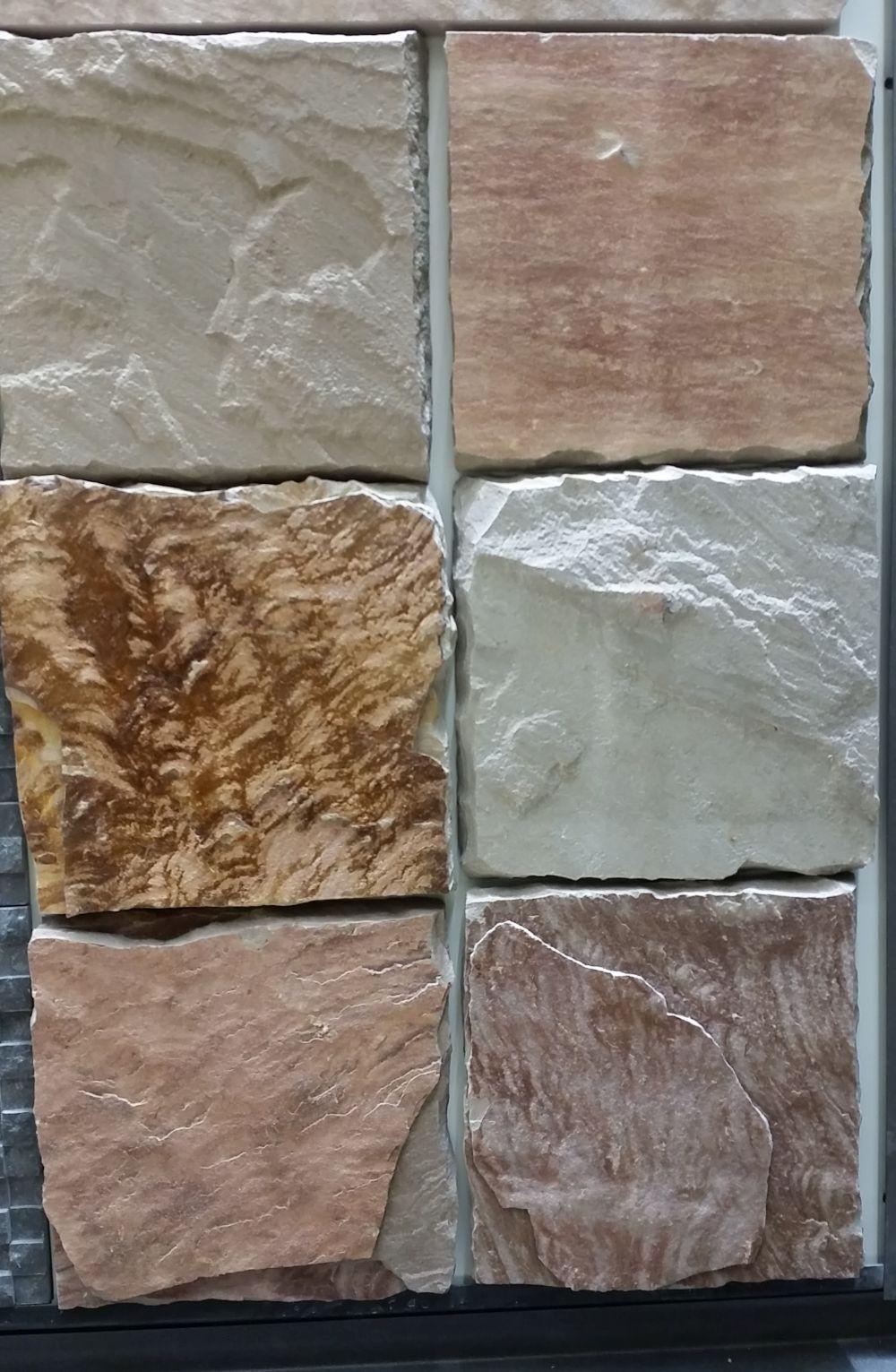 Detaliu de placare din piatră naturală cu piese de 10 x 10 cm pe care l-am văzut în showroomul STONA și care se pretează pentru bucătărie, baie, dar și alte spații.