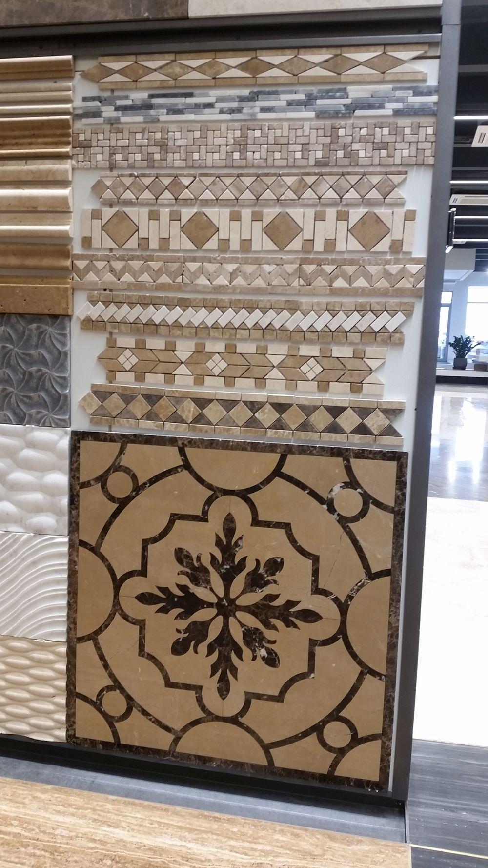 Tot ceea ce este în showroomul STONA este din piatră naturală, inclusiv plăci cu intarsii din piatră, dar și mozaic din piatră cu diverse modele.