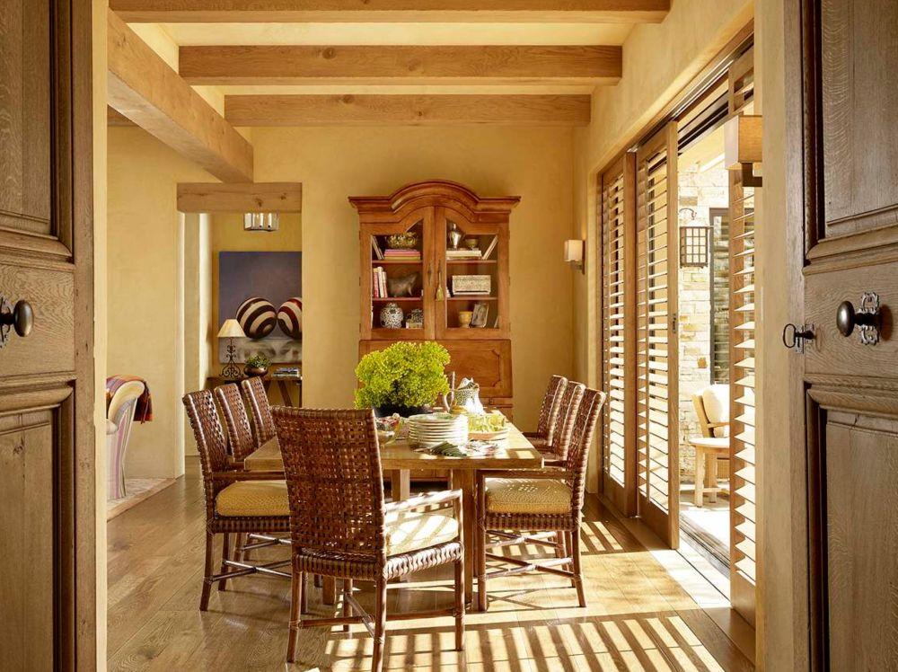 Sufrageria familiei este una primitoare, cu mobilier de terasă pentru scaune, cu deschidere atât spre terasă, cât și spre bucătărie. La granița dintre acest spațiu și bucătărie există un ansamblu de fotolii prezente pentru siestă.