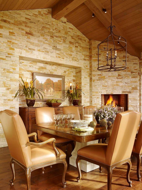 Detaliu din sufrageria formală, amenajată pentru a impresiona atât prin arhitectura camerei, cât și prin dotări, cum ar fi șemineul.