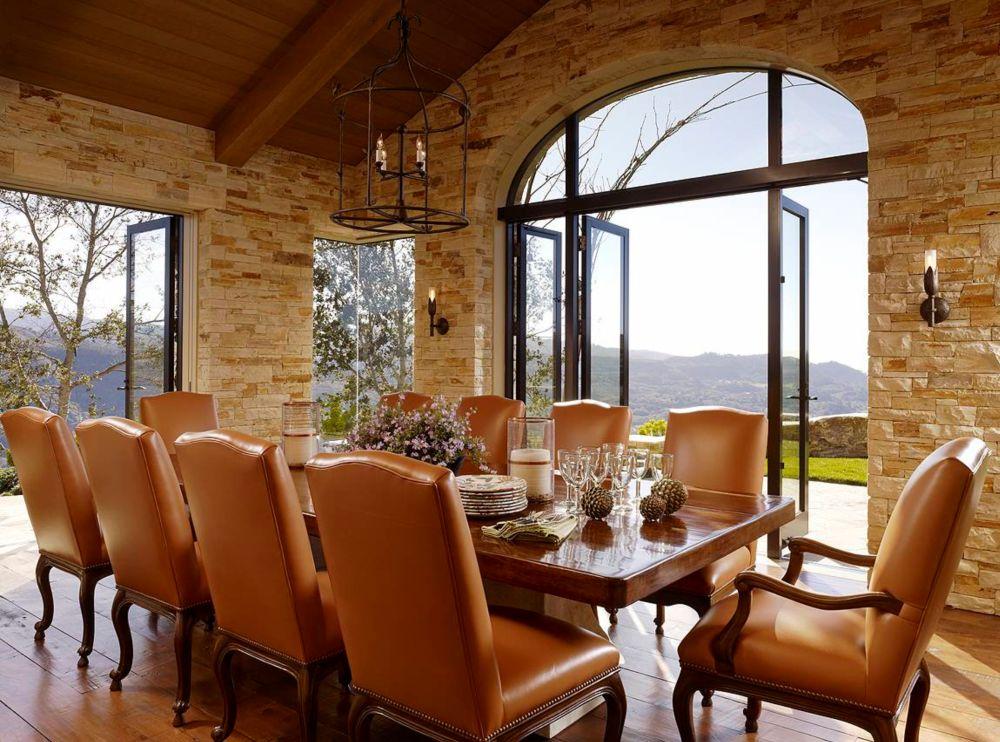 Există două sufragerii - una pentru oaspeți, cea de față, mai formală, și una mai primitoare folosită în mod curent de către cei ai casei.