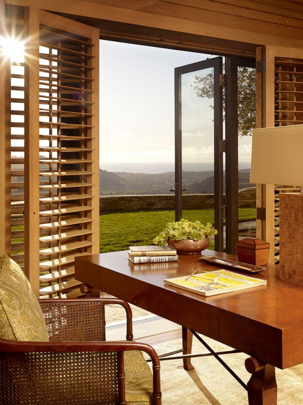 Spațiul dedicat biroului beneficiază de ferestre generoase, deci lumină din plin. Obloanele sunt aici cu rol de protecție, dar devin și elemente decorative în acrod de textură și culoare cu mobilierul.