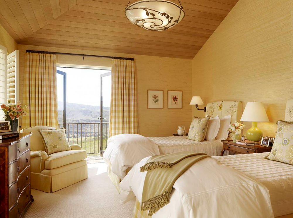 Fiecare dormitor peste personalizat și în funcție de spațiu. Aici panta acoperișului se simte, dar greutatea conferită de către lambriurile din lemn este alungată de nuanțele deschise, mocheta ce acoperă pardoseala și de țesăturile ce imprimă senzație de confort. Decorațiuni puține, dar tăbliile paturilor și motivele pernelor vorbesc despre o temă florală.