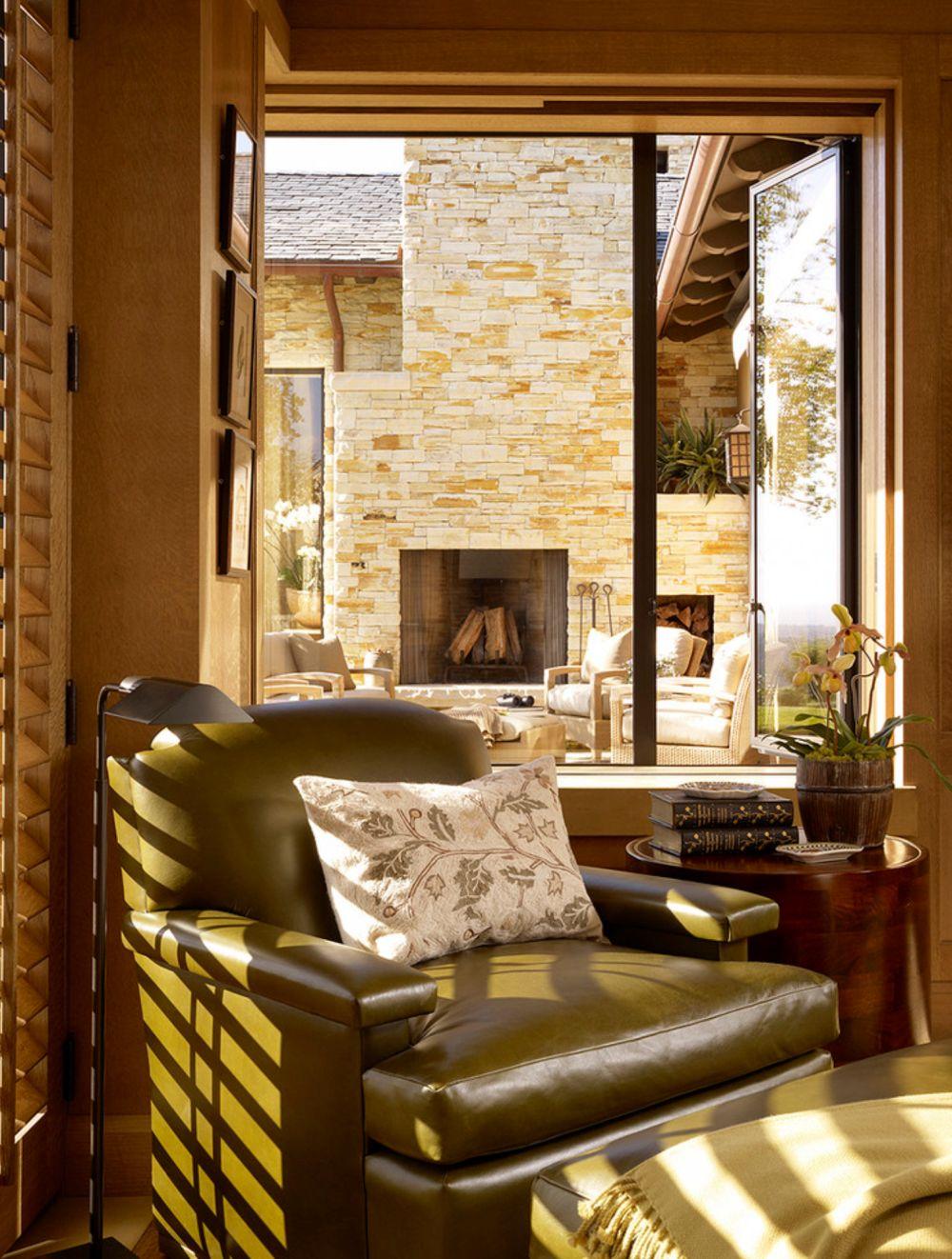Când pe ferestre se vede decorul de la exterior, toate atenția este concentrată în afară și atunci cumva interiorul vine doar să completeze imaginea de pe terasă prin nuanțe și texturi.