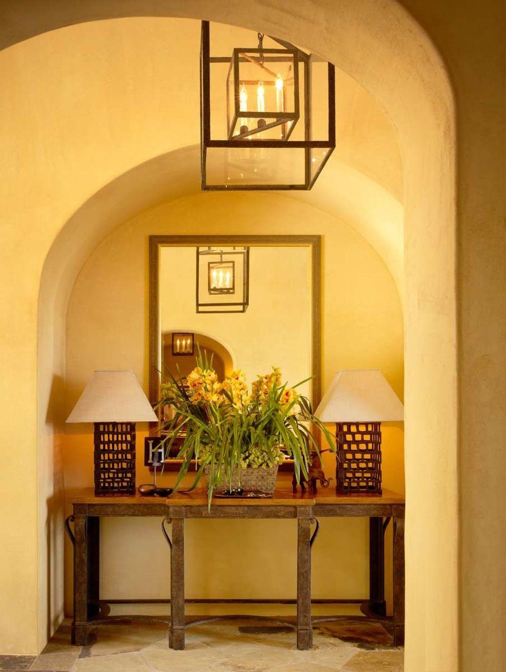 Detaliu din holul de la intrare, care vorbește despre stilul cald al casei.