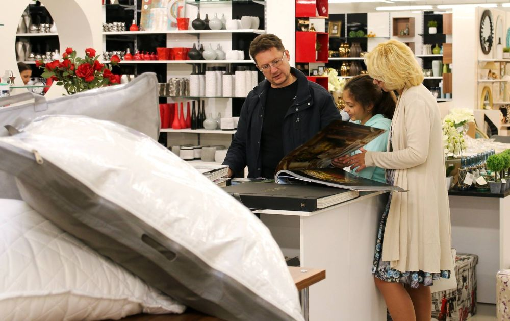 În magazinele Casa Rusu ai să găsești tapete, dar poți comanda și modele pe care nu le ai la raft, dar pe care le găsești în cataloage. De asemenea ai departament dedicat odihnei cu saltele , perne și lenjerii de pat.