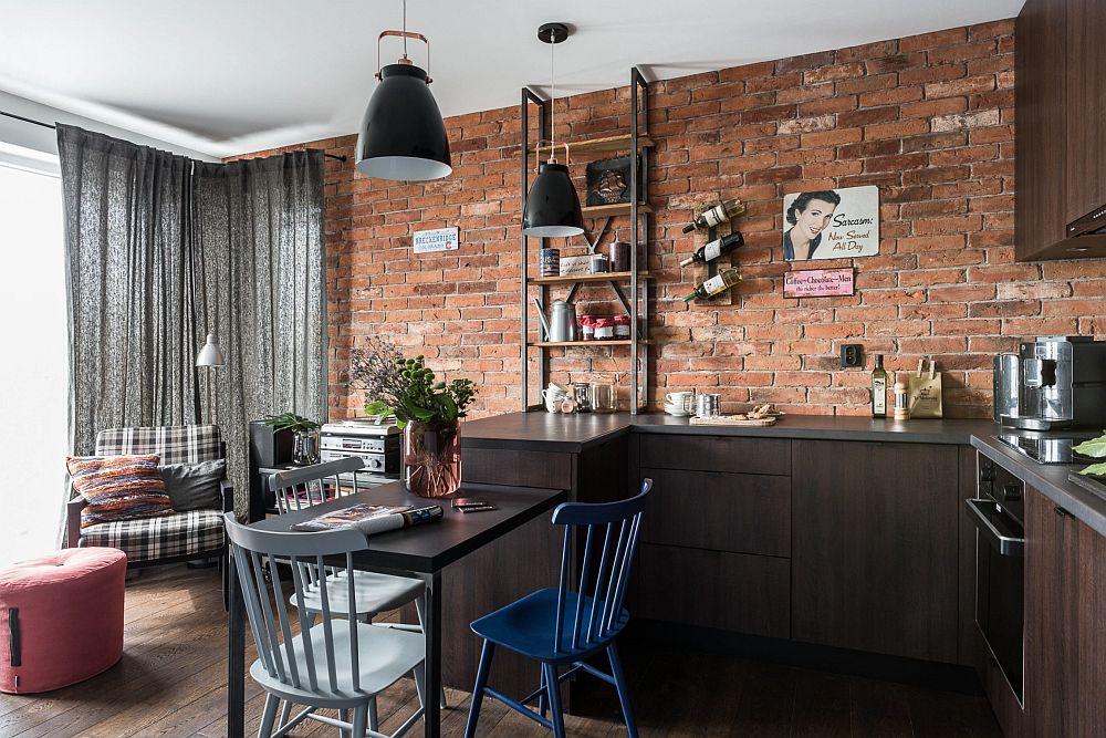 Dincolo de bucătărie, către colțul încăperii este amenajat un loc de ședere, marcat printr-un fotoliu a cărui tapițerie este asortată atât cu draperia ce acoperă fereastra, cât și cu mozaicul din bucătărie, ca și model de carouri.