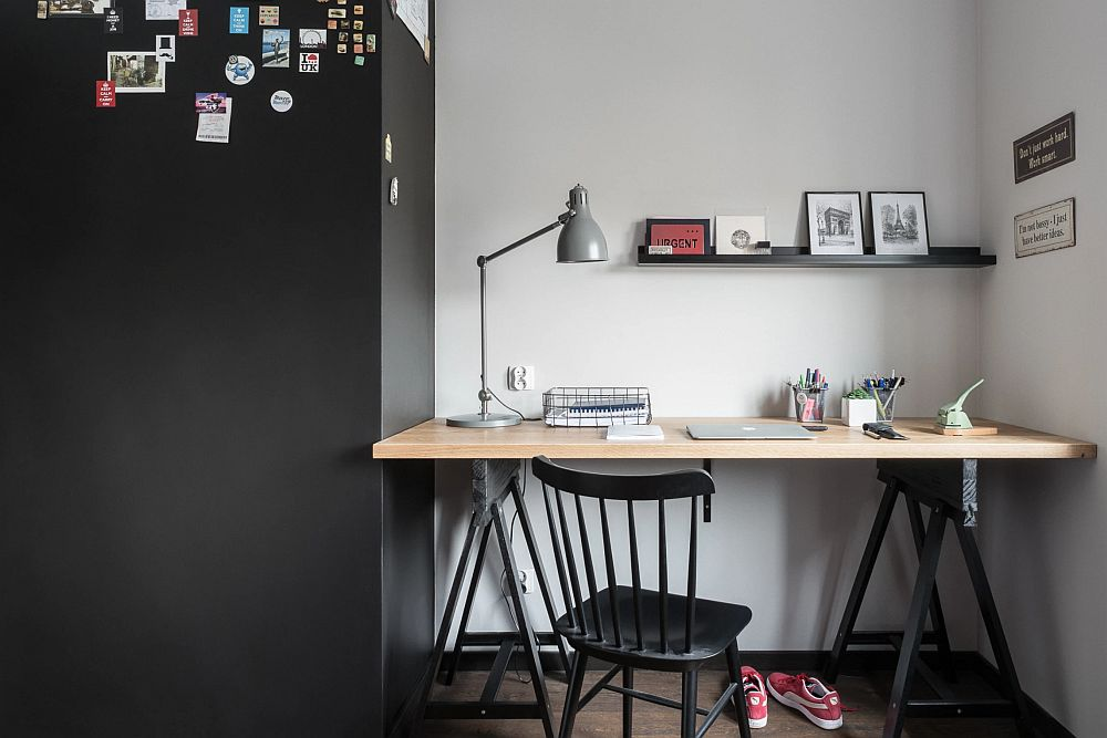 Stâlpul prezent în zona biroului a fost finisat cu o vopsea magnetică. Pe suprafața peretelui finisată cu acest tip de vopsea se pot fixa magneți.