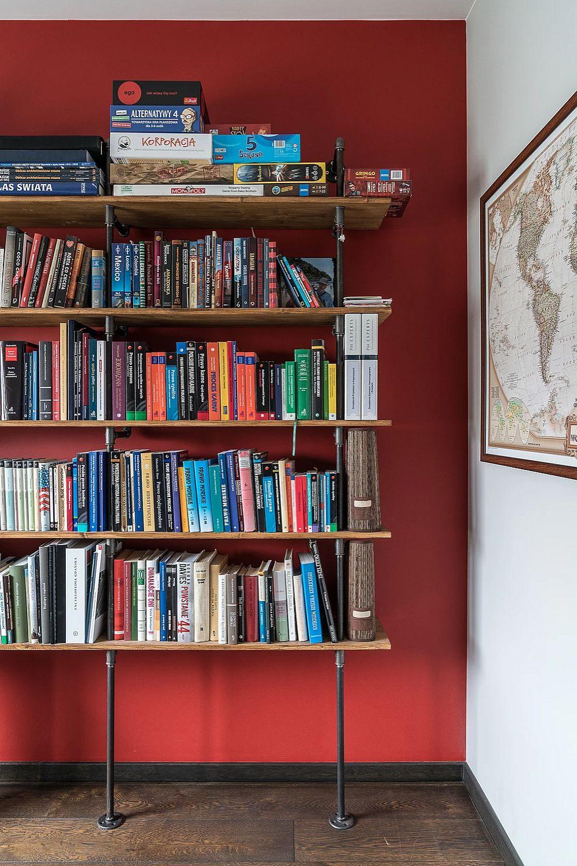 Biblioteca este poziționată pe fundalul roșu și are un design industrial. Pentru a lăsa cât mai mult din pardoseală la vedere și a păcîli ochiul cu privire la dimensiunea camerei, biblioteca a fost gândită de către arhitecte cu picioare înalte.