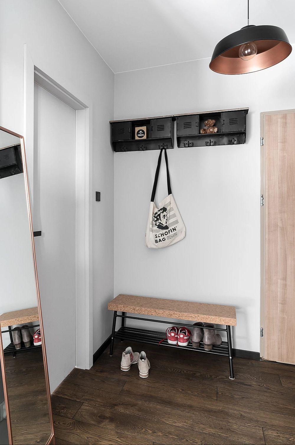 Holul de la intrare are o zonă de cuier minimal tratată cu strictul necesar.