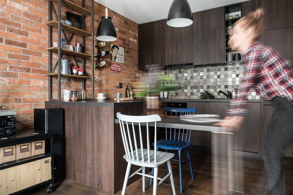 Masa din zona de zi este una retractabilă, astfel încât ea să poatp fi mascată în cea mai mare parte sub blatul bucătăriei. La nevoie ea poate fi trasă pentru mai multe locuri de ședere la ea.