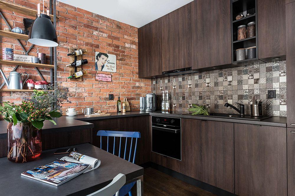 În zona blatului de bucătărie finisajul peretelui este diferit, respectiv îmbrăcat cu mozaiz cu plăci alese să aibă aproximativ lățimea cărămizilor aparente aflate pe peretele perpendicular. Astfel, deși sunt cam ritmate finisajele, liniile rosturilor lor se citesc armonios.