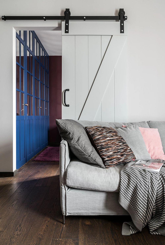 Chiar dacă ușa dormitorului rămîne deschisă, ceea ce se vede este în primul rândul dulapul din dormitor și mai puțin patul. Prin culoarea lui acest dulap completează imaginea zonei de zi.