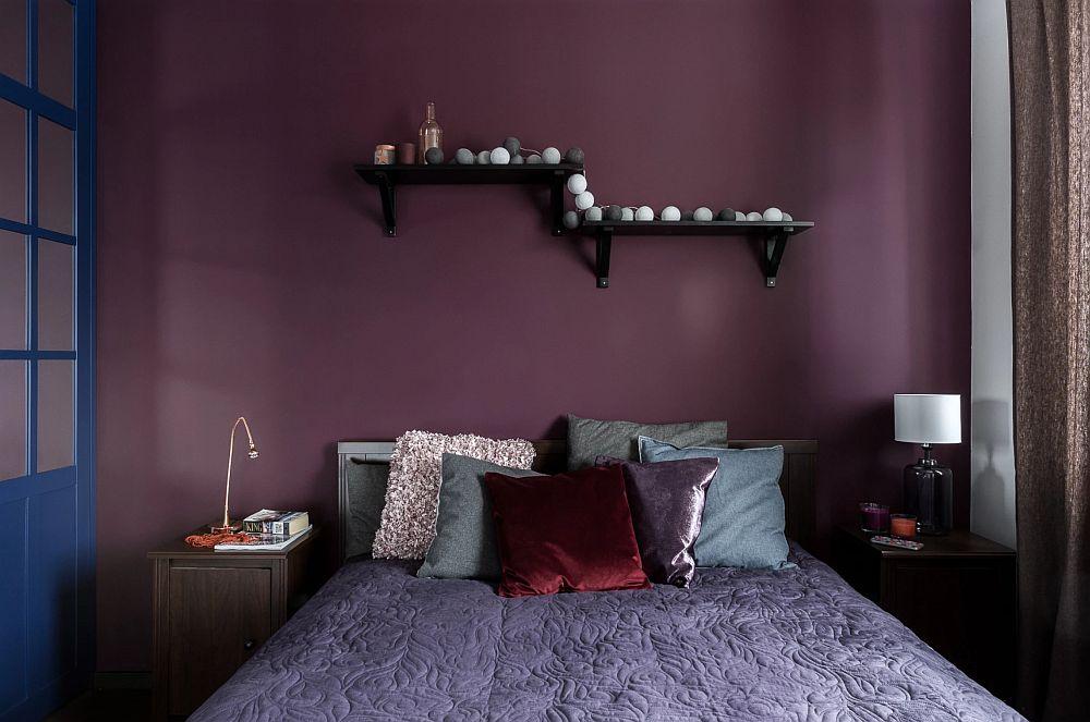 Într-o cameră mică de bloc degaba încerci să dai prin culoare senzația de spațiu mai mare. Cu metri pătrați nu te lupți, sunt cei care sunt, așa că în dormitor, unde e clar că patul și dulapul ocupă cea mai mare suprafață, mai bine se creează senzația de intimitate prin folosire aunor nunațe închise, decât să se încerce varianta cu alb sau culori deschis epe pereți.