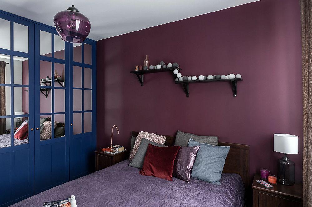 Camera dedicată odihnei este una obișnuită de bloc, de aceea arhitectele au prevăzut ca fețele dulapului organizat pe o întreagă latură a dormitorului, opuse ferestrei, să includă oglinzi. Acestea schimbă perspectiva și dau impresia de spațiu mai generos și mai luminos.