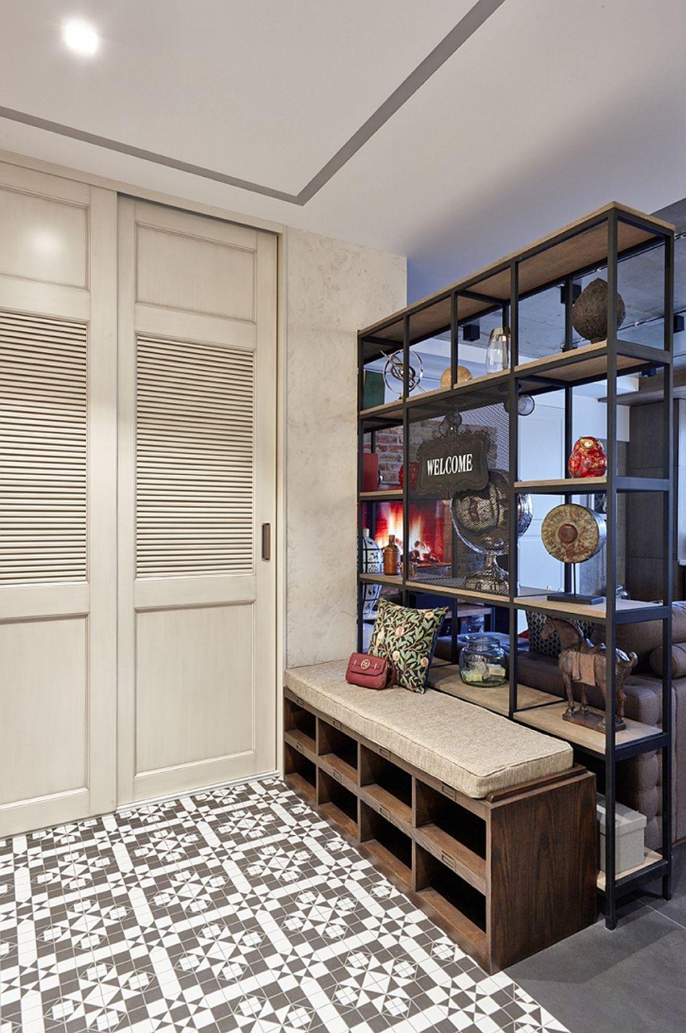 Cuierul este mascat cu două uși, iar pe lângă depozitarea hainelor și pantofilor aici mai există loc și pentru obiecte casnice mai voluminoase (aspirator, mop etc.).