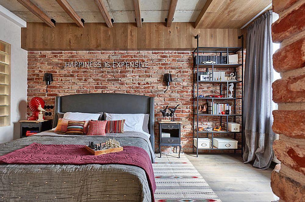 În dormitor s-a dorit ca pe lângă pat să existe un loc de relaxare și lectură, care a fost configurat de o parte și de alta a ferestrei, marcat și la nivelul plafonului printr-o placare. Același tip de material a fost folosit și pentru îmbrăcarea grinzii de deasupra patului.