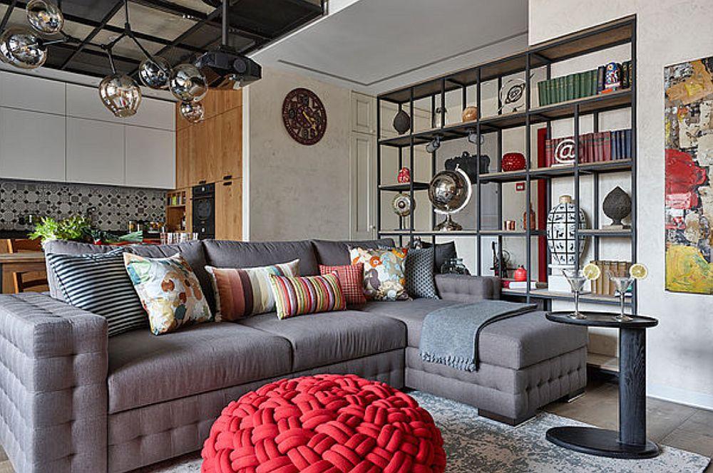 Canapeaua a fost aleasă cu tapițerie gri pentru că rezistă mai bine la murădire, dar se și asortează mai ușor cu orice culoare. Ca dovadă că un puf roșu creează contrastul perfect cu ea, iar pe fundalul gri al tapițeriei se citesc foarte bine culorile fețelor de pernă.