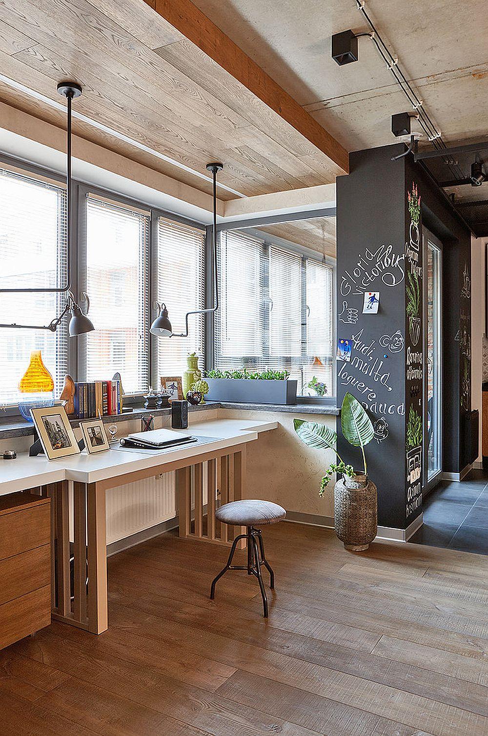 Masa de birou este puțin mai înaltă pentru că sub ea se afla caloriferul. Parapetul ferestrei a devenit zonă de depozitare, iar iluminatul se face într-un mod mai interesant cu două suspensii reglabile din ambele părți.