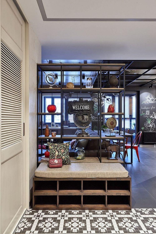 La intrarea în casă se vede etajera care se separă livingul de hol. În fața acesteai este pusă o bancă cu rafturi pentru încălțăminte. Zona holului are pardoseala îmbrăcată cu plăci ceramice, ale căror modele au aspectul unui covor.