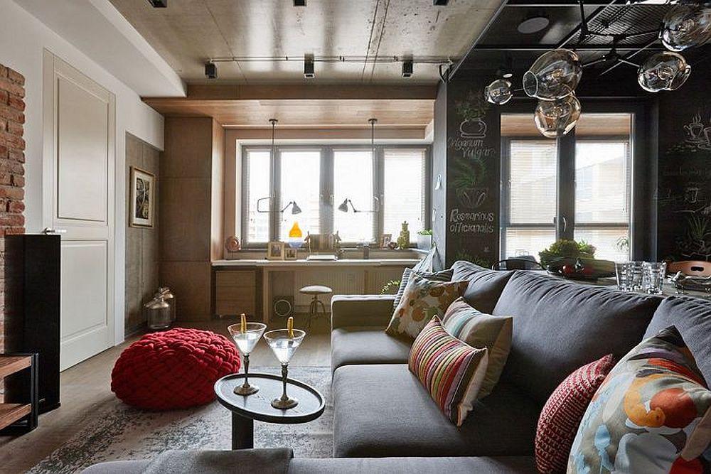 Spațiul zonei de zi - living, sufragerie, bucătărie, hol însumează o suprafață de circa 30 mp, dar totul este folosit la maximum pentru a îngloba cât mai multe funcțiuni. Fereastra livingului a fost lăsată liberă, în fața ei fiind organizat locul de birou.